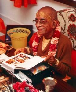 prabhupada-looking-at-bhagavatam