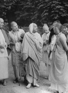 prabhupada_devotees_walk